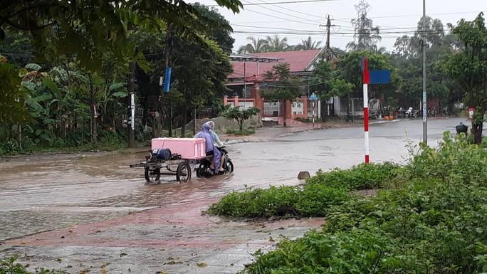 Chùm ảnh: Nước sông Sê Pôn dâng cao, người dân Quảng Trị hối hả sơ tán - Ảnh 9.