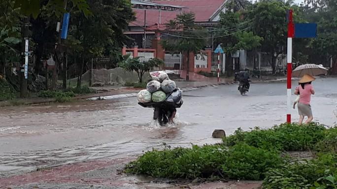 Chùm ảnh: Nước sông Sê Pôn dâng cao, người dân Quảng Trị hối hả sơ tán - Ảnh 8.