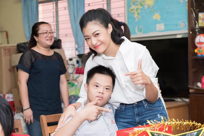 Bất ngờ với nhan sắc hoa hậu Lương Thùy Linh ở đời thường - Ảnh 6.