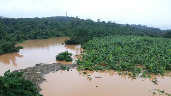 Chùm ảnh: Nước sông Sê Pôn dâng cao, người dân Quảng Trị hối hả sơ tán - Ảnh 2.
