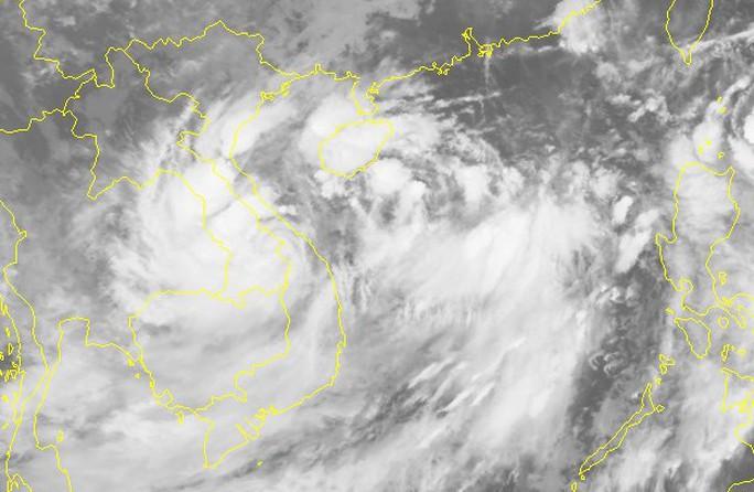 Áp thấp nhiệt đới vừa đổ bộ đất liền lại đổi hướng ngược ra Biển Đông - Ảnh 2.