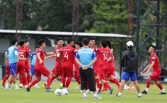 Đội tuyển Việt Nam tập luyện hào hứng, sẵn sàng bắt chết Messi Thái - Ảnh 2.