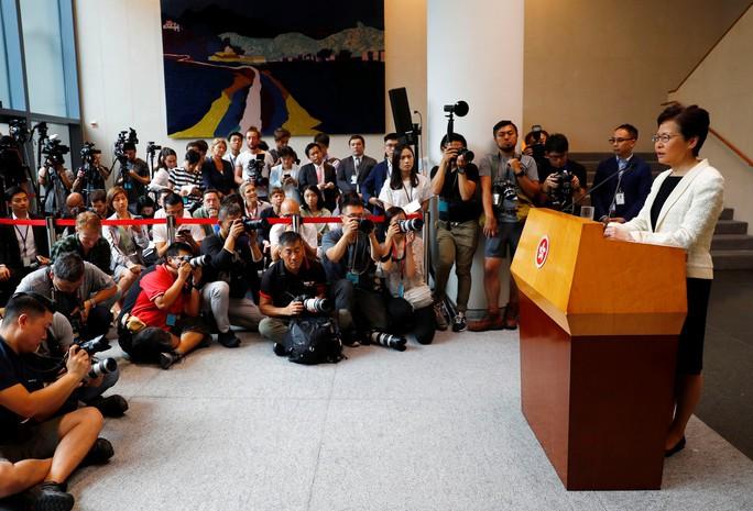 Sức ép bủa vây, lãnh đạo Hồng Kông vẫn nói cứng - Ảnh 1.