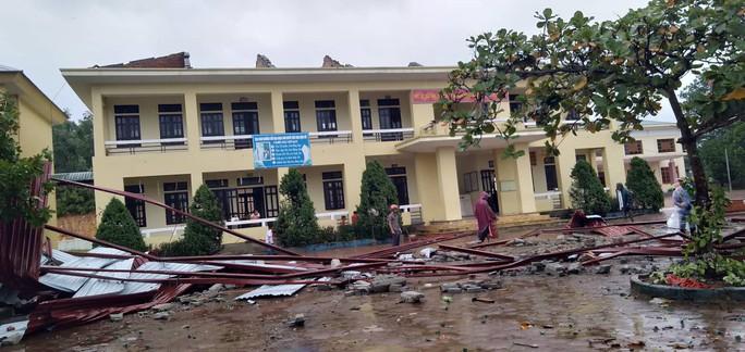Trường học tan hoang vì lốc xoáy, hơn 2.600 học sinh phải nghỉ học do mưa lũ - Ảnh 1.
