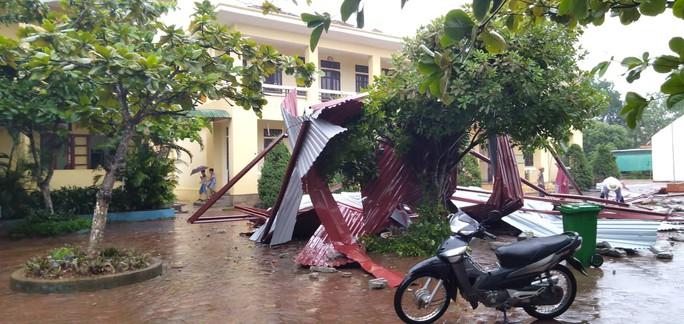 Trường học tan hoang vì lốc xoáy, hơn 2.600 học sinh phải nghỉ học do mưa lũ - Ảnh 2.
