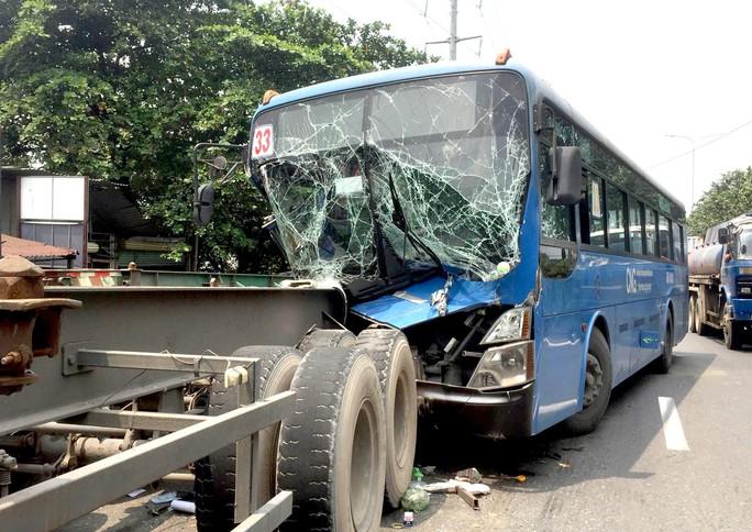 Xe buýt chở nhiều khách bị xé toạc đầu sau cú tông đuôi xe đầu kéo - Ảnh 1.