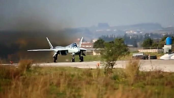 Phòng không Nga bắn hạ UAV lao vào căn cứ ở Syria - Ảnh 1.