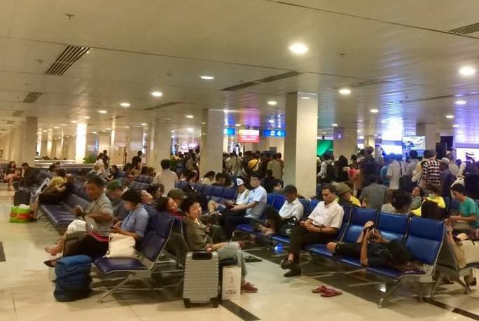 Nhặt được laptop ở sân bay, mang lên máy bay để… bàn giao cho an ninh hàng không - Ảnh 1.