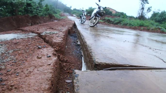 Đường bê tông 80 tỉ đồng sụt lún, nứt toác sau mưa - Ảnh 4.