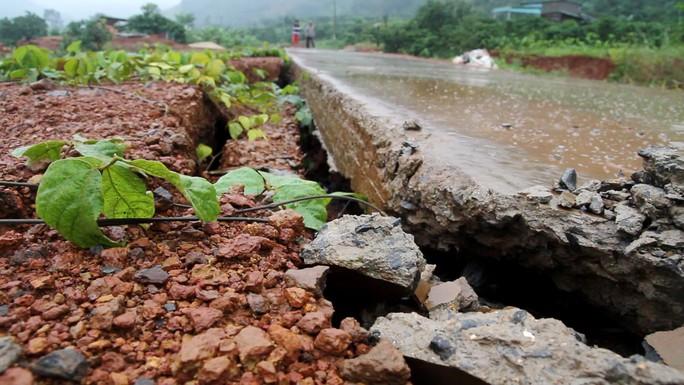 Đường bê tông 80 tỉ đồng sụt lún, nứt toác sau mưa - Ảnh 5.