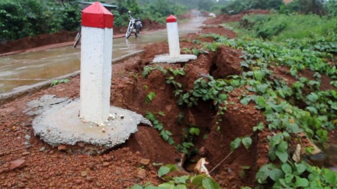 Đường bê tông 80 tỉ đồng sụt lún, nứt toác sau mưa - Ảnh 2.