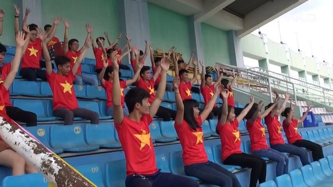 2.000 người đồng diễn kết hợp hát cổ động hâm nóng trận Thái Lan – Việt Nam - Ảnh 2.