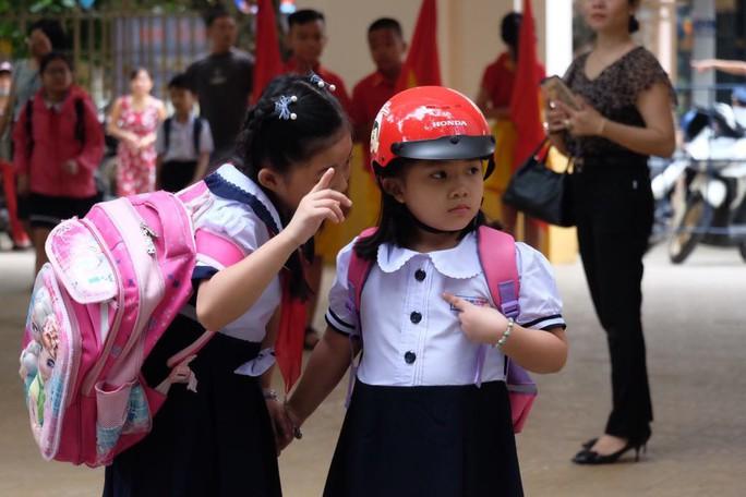 Ngày khai giảng: Không bóng bay, bộ đội cõng học sinh đến trường - Ảnh 8.
