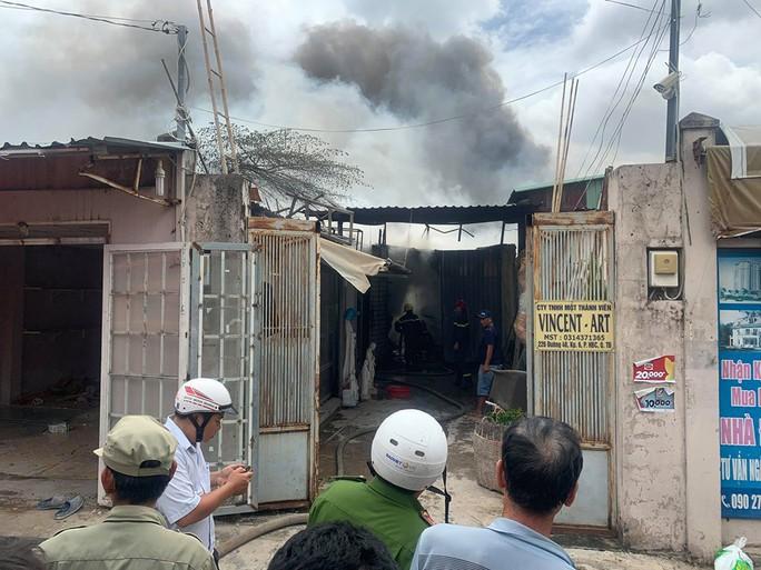 CLIP: Cháy dữ dội ở quận Thủ Đức (TP HCM) cột khói bao trùm khu dân cư - Ảnh 1.