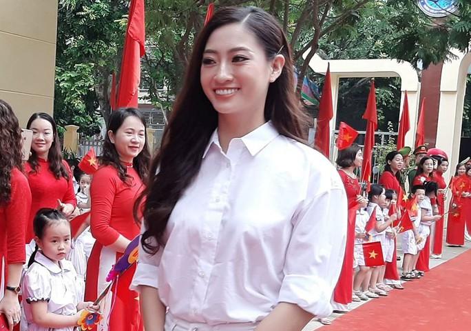 Hoa hậu Lương Thùy Linh trao mũ bảo hiểm cho học sinh trong ngày khai giảng - Ảnh 5.