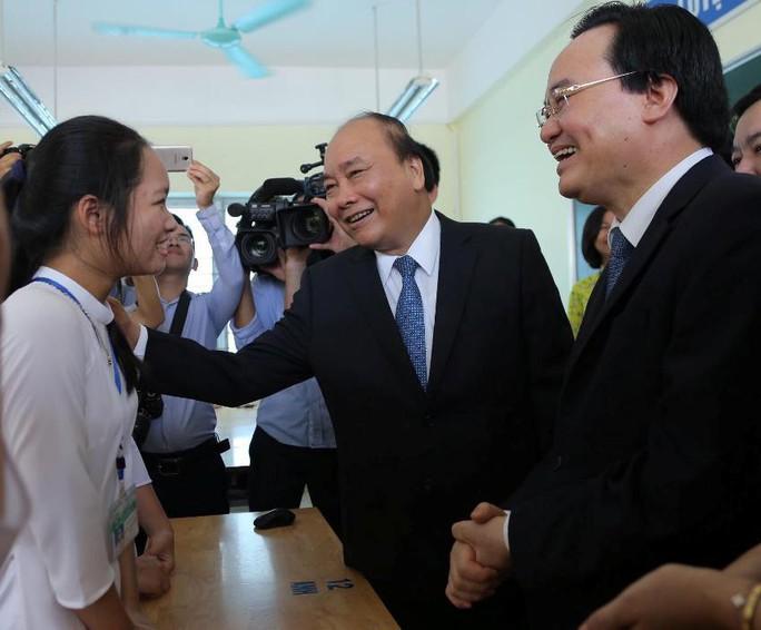Thủ tướng Nguyễn Xuân Phúc đánh trống khai giảng năm học mới - Ảnh 13.