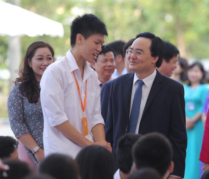 Thủ tướng Nguyễn Xuân Phúc đánh trống khai giảng năm học mới - Ảnh 11.