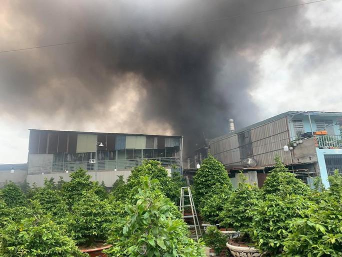 CLIP: Cháy dữ dội ở quận Thủ Đức (TP HCM) cột khói bao trùm khu dân cư - Ảnh 2.