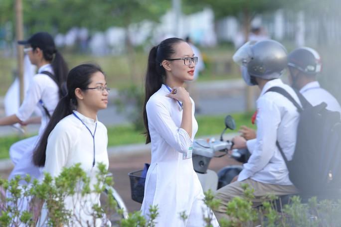 Nữ sinh rạng ngời trong tà áo dài trắng tinh khôi ngày khai giảng - Ảnh 4.