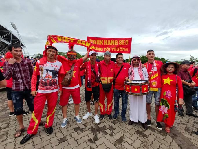 Tuyển Việt Nam gặp Thái Lan: Áo đỏ sao vàng nhuộm rực sân vận động - Ảnh 2.