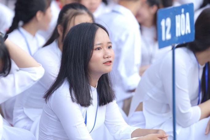 Nữ sinh rạng ngời trong tà áo dài trắng tinh khôi ngày khai giảng - Ảnh 11.