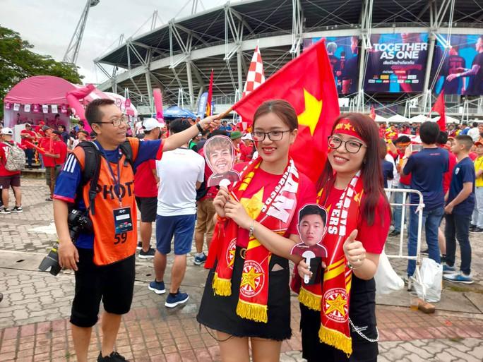 Tuyển Việt Nam gặp Thái Lan: Áo đỏ sao vàng nhuộm rực sân vận động - Ảnh 3.