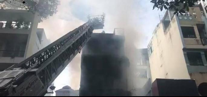 Cháy dữ dội tòa nhà cao tầng trên đường Nguyễn Trãi, TP HCM - Ảnh 2.