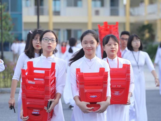 Nữ sinh rạng ngời trong tà áo dài trắng tinh khôi ngày khai giảng - Ảnh 8.