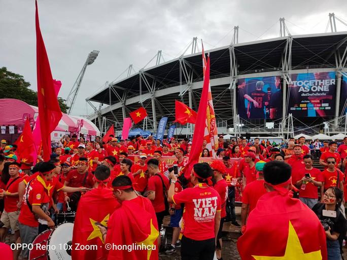 Tuyển Việt Nam gặp Thái Lan: Áo đỏ sao vàng nhuộm rực sân vận động - Ảnh 4.