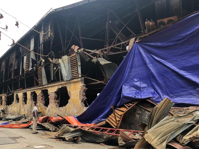 Người dân bịt khẩu trang kéo đến nhà máy Rạng Đông đòi đối thoại - Ảnh 7.