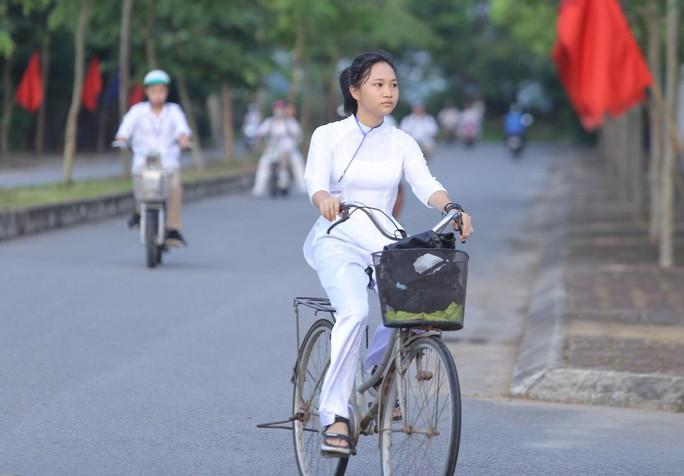 Nữ sinh rạng ngời trong tà áo dài trắng tinh khôi ngày khai giảng - Ảnh 1.