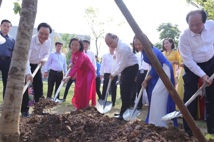 Thủ tướng Nguyễn Xuân Phúc đánh trống khai giảng năm học mới - Ảnh 14.