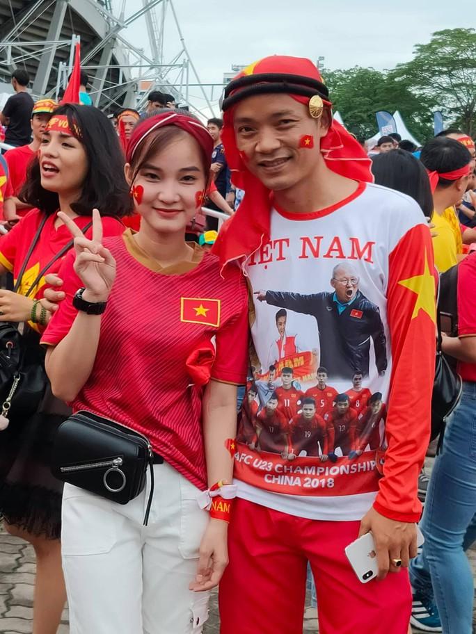 Tuyển Việt Nam gặp Thái Lan: Áo đỏ sao vàng nhuộm rực sân vận động - Ảnh 5.