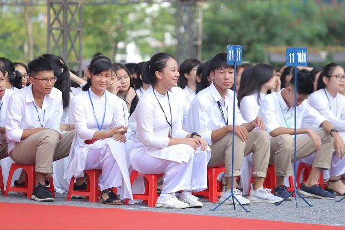 Nữ sinh rạng ngời trong tà áo dài trắng tinh khôi ngày khai giảng - Ảnh 17.