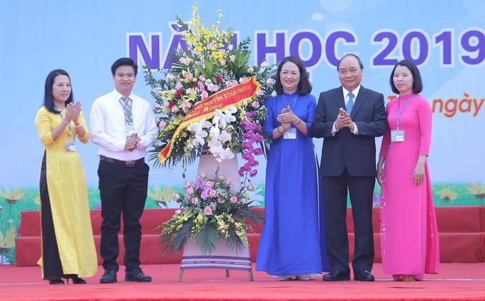 Thủ tướng Nguyễn Xuân Phúc đánh trống khai giảng năm học mới - Ảnh 9.