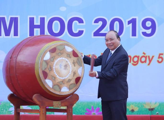 Thủ tướng Nguyễn Xuân Phúc đánh trống khai giảng năm học mới - Ảnh 6.