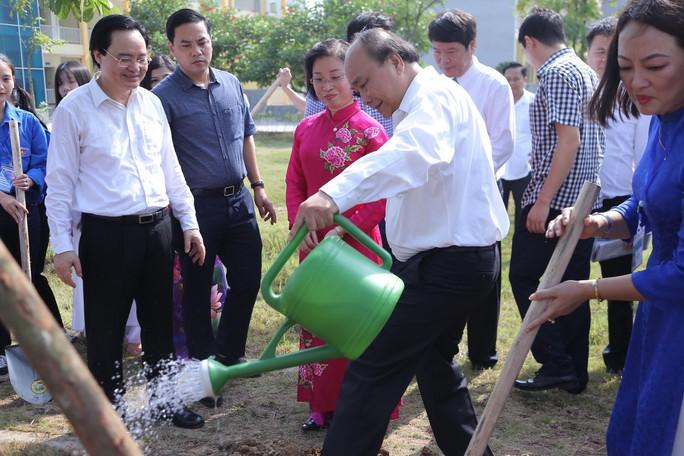 Thủ tướng Nguyễn Xuân Phúc đánh trống khai giảng năm học mới - Ảnh 15.