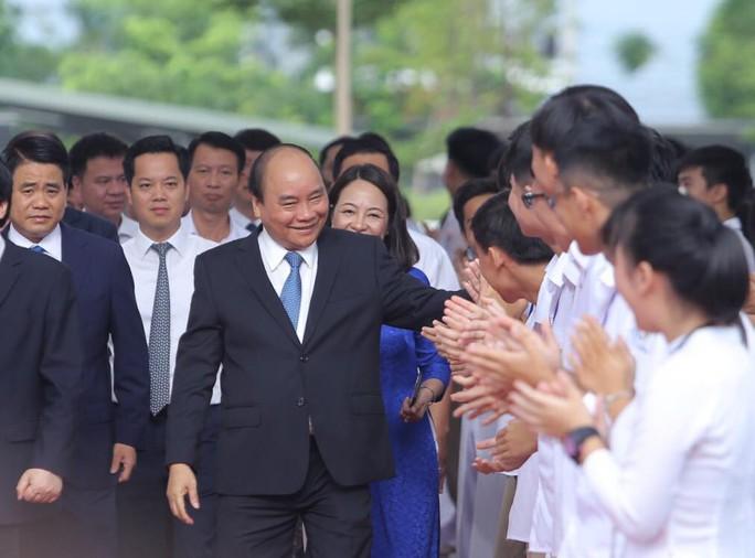 Thủ tướng Nguyễn Xuân Phúc đánh trống khai giảng năm học mới - Ảnh 2.