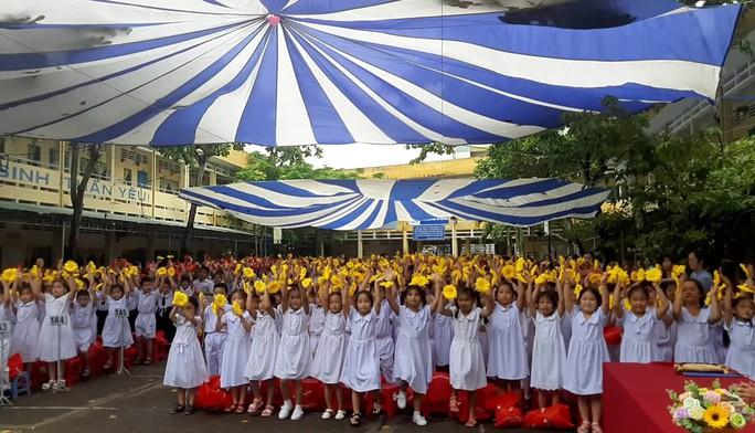 Báo Người Lao Động trao quà và học bổng cho học sinh nghèo miền Tây - Ảnh 2.