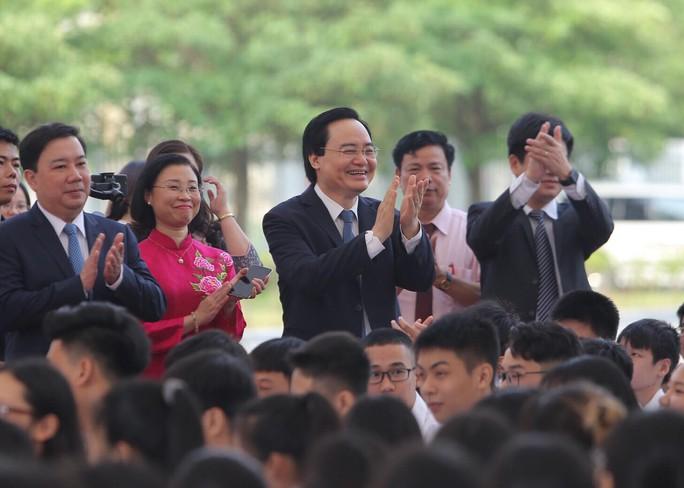 Thủ tướng Nguyễn Xuân Phúc đánh trống khai giảng năm học mới - Ảnh 7.