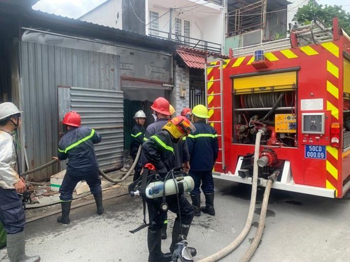 CLIP: Cháy dữ dội ở quận Thủ Đức (TP HCM) cột khói bao trùm khu dân cư - Ảnh 4.
