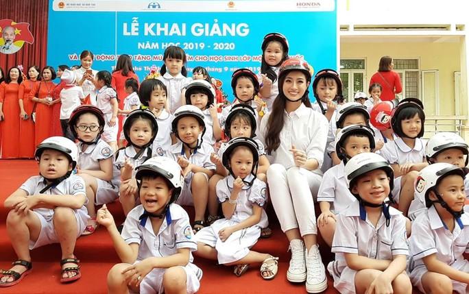 Hoa hậu Lương Thùy Linh trao mũ bảo hiểm cho học sinh trong ngày khai giảng - Ảnh 11.