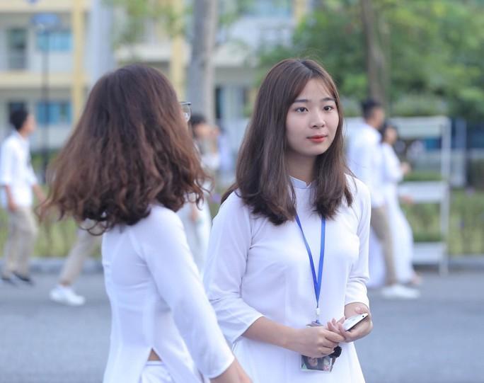 Nữ sinh rạng ngời trong tà áo dài trắng tinh khôi ngày khai giảng - Ảnh 6.