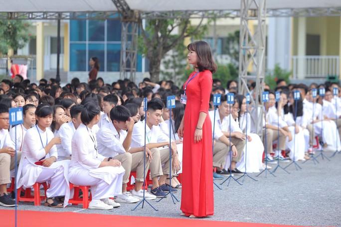 Thủ tướng Nguyễn Xuân Phúc đánh trống khai giảng năm học mới - Ảnh 1.