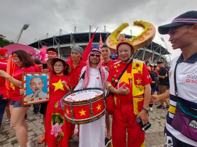 Tuyển Việt Nam gặp Thái Lan: Áo đỏ sao vàng nhuộm rực sân vận động - Ảnh 7.