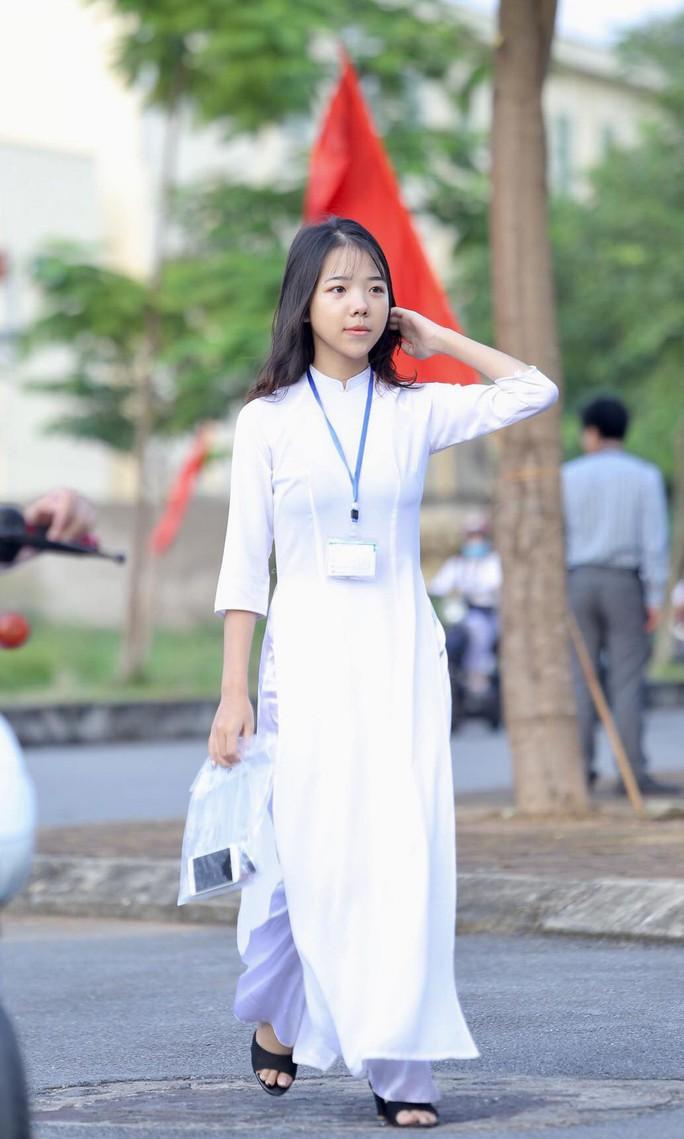 Nữ sinh rạng ngời trong tà áo dài trắng tinh khôi ngày khai giảng - Ảnh 7.