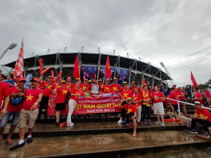 Tuyển Việt Nam gặp Thái Lan: Áo đỏ sao vàng nhuộm rực sân vận động - Ảnh 8.