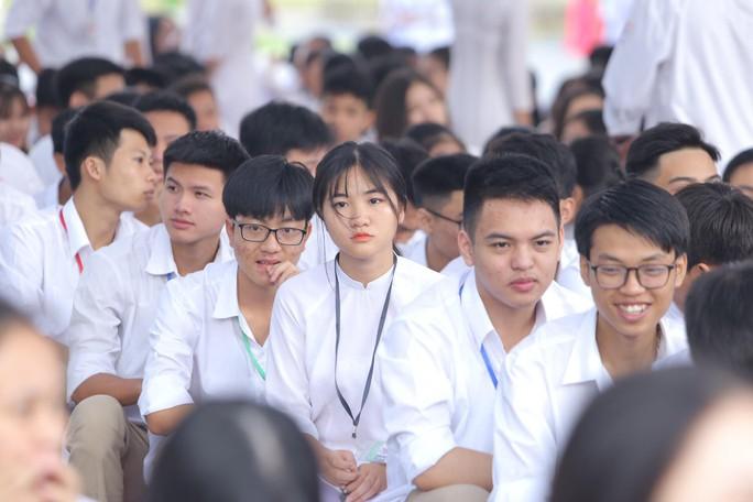 Nữ sinh rạng ngời trong tà áo dài trắng tinh khôi ngày khai giảng - Ảnh 14.
