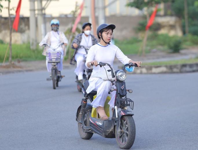 Nữ sinh rạng ngời trong tà áo dài trắng tinh khôi ngày khai giảng - Ảnh 3.