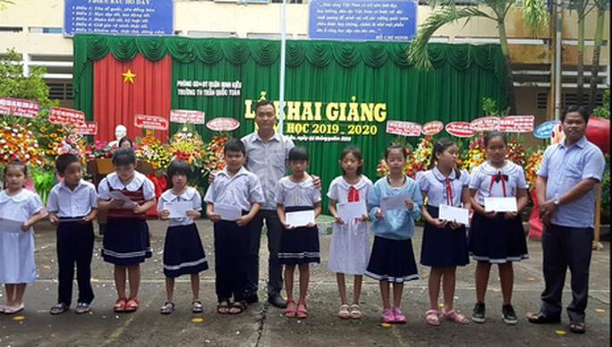 Báo Người Lao Động trao quà và học bổng cho học sinh nghèo miền Tây - Ảnh 4.